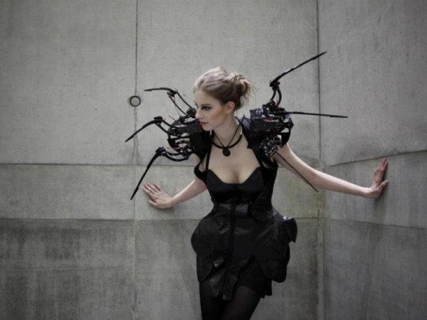 Это платье создано, чтобы защитить личное пространство его обладательницы. Наряд имеет 6 роботизированных паучьих лап, торчащих из плеч, которые реагируют на движения.
