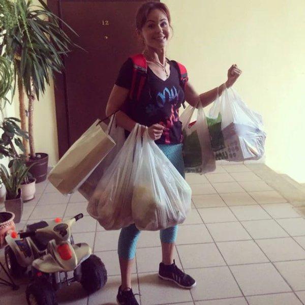 Только настоящая женщина может улыбаться с уймой тяжелых пакетов в руках.