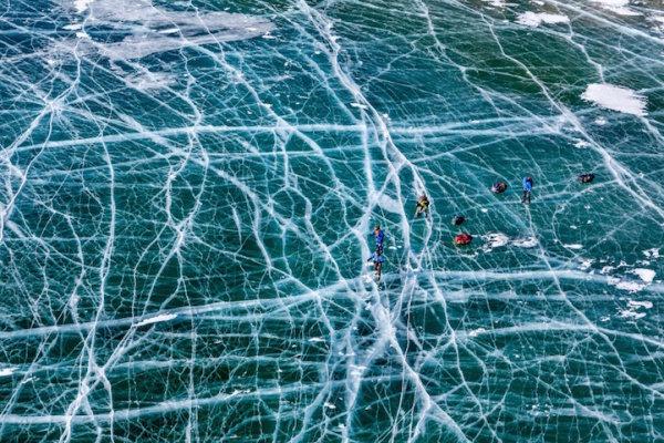 """""""Ice Skating on Lake Baikal"""", Evgeny Dubinchuk. Первое место за профессиональную фотографию в категории """"Путешествия""""."""